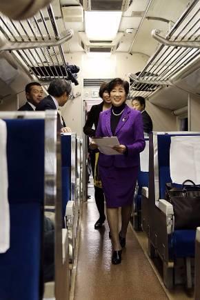 婚活列車に乗車した小池百合子氏。グリーンの服ではなかった