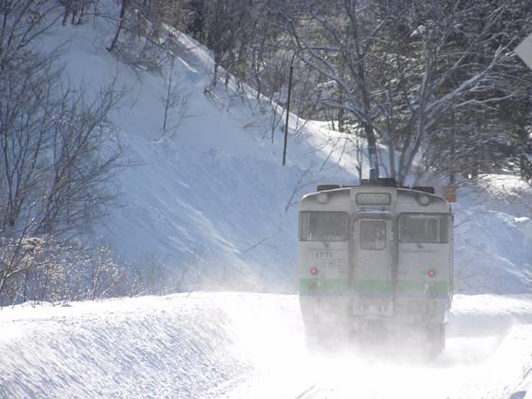 冬の北海道・石勝線支線。終点の夕張駅に隣接してスキーリゾートがあり、鉄道で訪れる若者もいる。ただし、冬期は新千歳空港などからスキーバスも運行されている