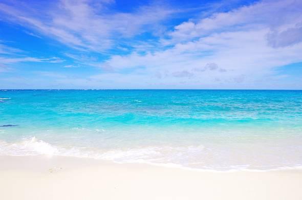 沖縄の海。夏には各所でビーチパーティーなどが行われている