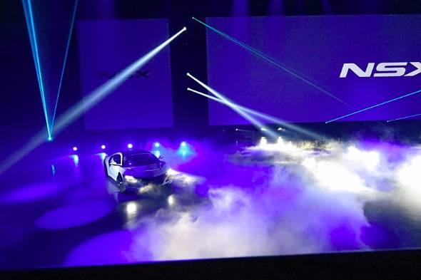 東京ビッグサイト西館の発表会場に派手な演出で現れた新型NSX