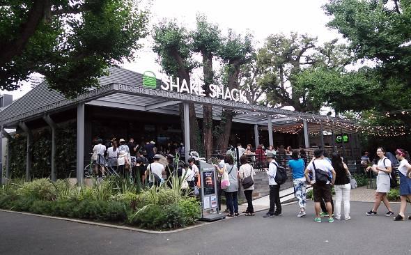 外苑銀杏並木にある「シェイクシャック」日本1号店