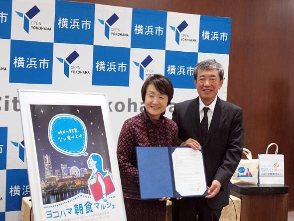 横浜市役所で行われた記者会見に臨む横浜市の林文子市長(左)とカルビーの松本晃会長兼CEO