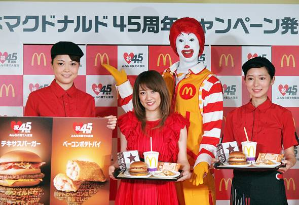 45周年キャンペーンで「テキサスバーガー」など4商品が復活。アンバサダーを務めるタレントの高橋みなみさん(左から2番目)