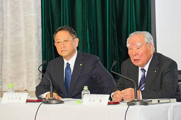 トヨタ東京本社大会議室にて行われた記者会見に臨むスズキの鈴木修会長(右)とトヨタの豊田章男社長(左)