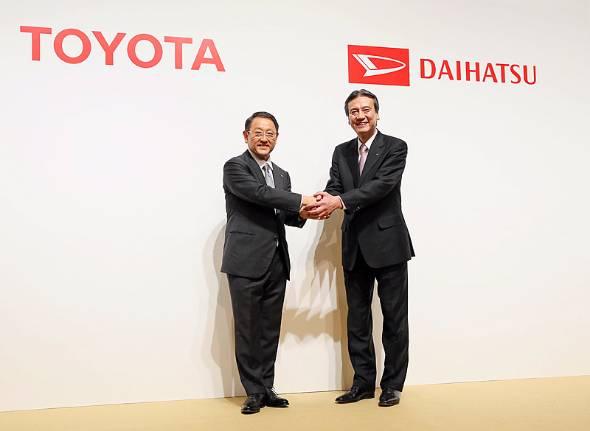 2016年1月29日の記者会見でトヨタがダイハツの完全子会社化を発表。手を組む豊田章男社長(左)と三井正則社長
