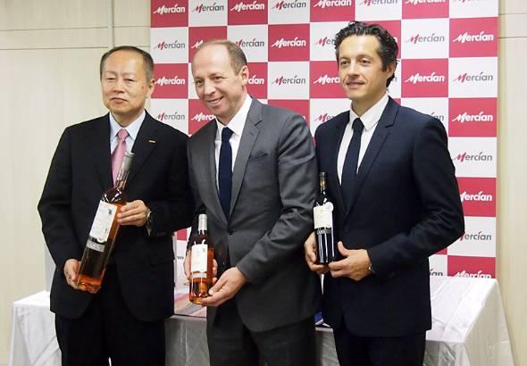 資本提携の記者会見に臨むメルシャンの横山清社長(左)、アドヴィニのアントワン・ルッカ社長(中央)、ドメーヌ・カズのリオネル・ラヴァイユ社長