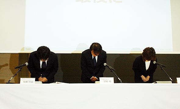 12月7日にDeNAが開いた記者会見で謝罪する守安功社長(中央)をはじめ経営幹部たち