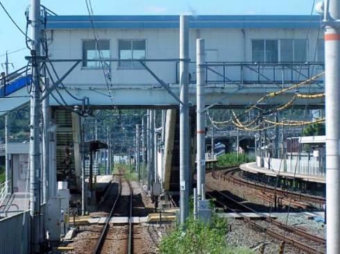 左側の単線が名鉄の蒲郡競艇場前駅。右側の複線がJR東海の三河塩津駅(出典:Wikipedia、投稿者 ButuCC氏)