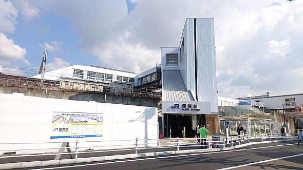 摩耶駅。列車の回生ブレーキで発生した電力を駅舎で使うシステムを導入した(出典:Wikipedia、投稿者 Jr223~commonswiki氏)