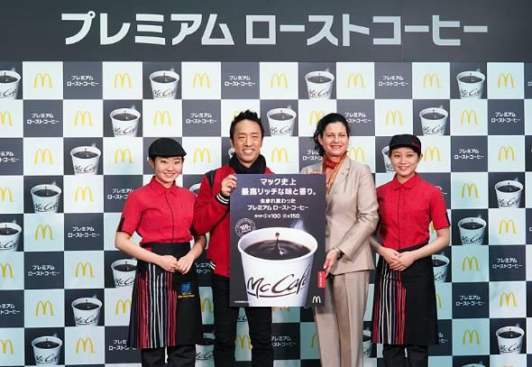 リニューアル発表会に登場したカサノバCEO(中央右)と、コーヒー好きで知られる俳優の筧利夫さん(中央左)
