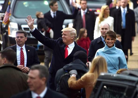 手を振るドナルド・トランプ大統領