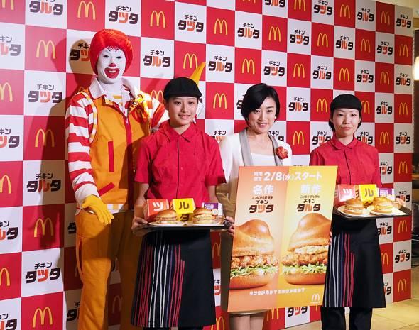 「タツタ」という名前にちなんで商品発表会でMCを務めたフリーアナウンサーの龍田梨恵さん(右から2人目)