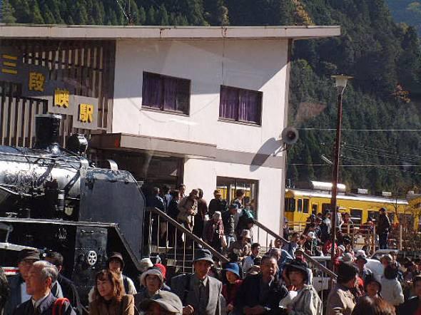廃止の約1カ月前の三段峡駅。お別れ乗車と観光客で混雑していた