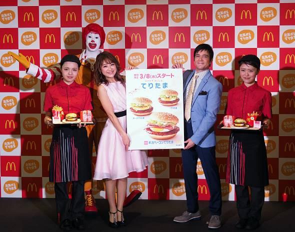 商品発表会に登場したタレントの川平慈英さん(右から2番目)と鈴木奈々さん(右から3番目)