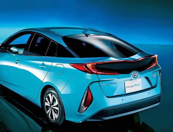 リチウムイオンバッテリーを追突事故から守るため、テールゲートは高強度なカーボンが採用されている。レジントランスファーモールというローコスト手法によって、量産車にもカーボンが採用できるようになった