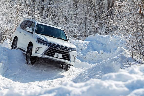雪の山道をダイナミックに走るLX570