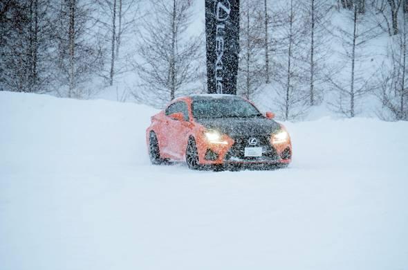 吹雪の中でのドリフト走行