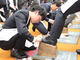 恒例の「靴磨き入社式」 靴クリームのコロンブス