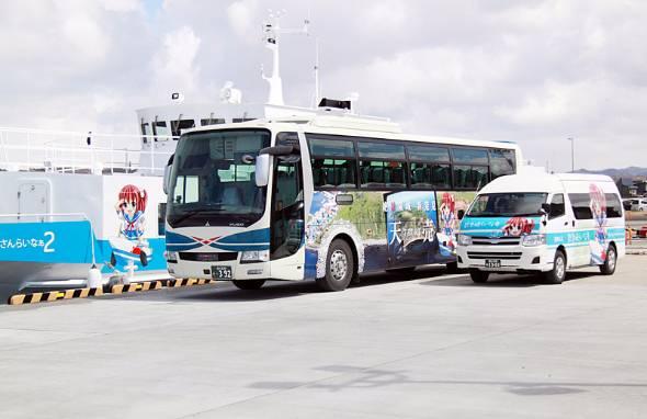 特急はぼろ号に導入されたラッピングバス(中央)は4列シートでトイレ付き。観光地と萌えっ子をデザインした。右は羽幌沿海フェリー。左は羽幌港連絡バス。どちらも萌えっ子を採用し、一体感を強めている