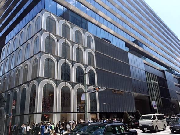 「ひさし」と「のれん」という日本をイメージした建物ファサードが特徴