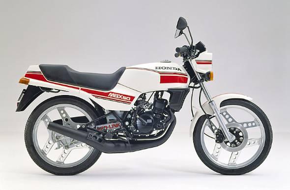 1980年代前半。ホンダとヤマハは毎週のように新型車を発表してHY戦争と呼ばれた。50ccスポーツモデルは7.2馬力の自主規制の中で、国内4メーカーが激しく争った。ホンダMBX50は勝利を収めたとは言えなかったが、時代を代表するモデルであることは間違いない