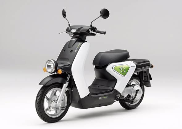 ホンダの電動バイクEV-neoは企業や個人事業者に対してのリース販売専用モデル。2010年末のデビュー以来、実証実験を兼ねた運用を積み重ねてきた
