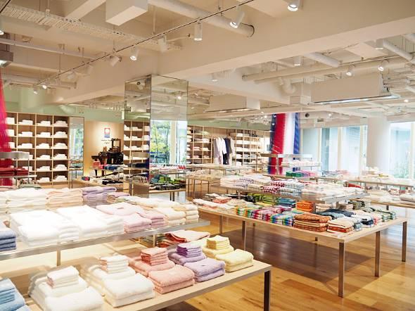 今治市内にある「今治タオル本店」では2万点以上のタオル商品を取り扱う