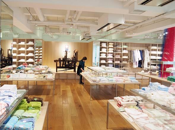 今治タオル本店には2万点以上の商品が並ぶ