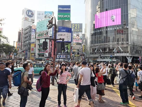 """渋谷駅前のスクランブル交差点は今や外国人観光客の""""聖地""""に"""