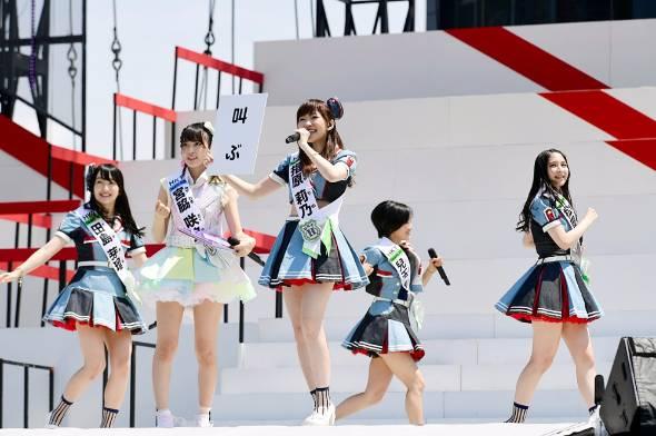 昨年6月に新潟市の「HARD OFF ECOスタジアム新潟」で開催されたAKB48選抜総選挙の様子。JR東日本が臨時列車を走らせるなど、今や多くの企業や人たちを巻き込んだ巨大イベントになっている(C)AKS