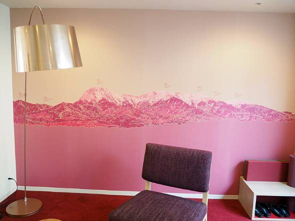 客室には八ヶ岳の山々が描かれている