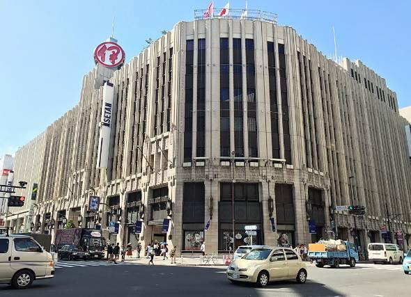 業績が振るわない三越伊勢丹ホールディングスは17年3月期決算で減収減益に。写真は伊勢丹 新宿店