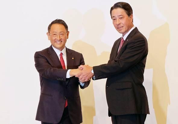資本提携を発表するトヨタ自動車の豊田章男社長(左)とマツダの小飼雅道社長