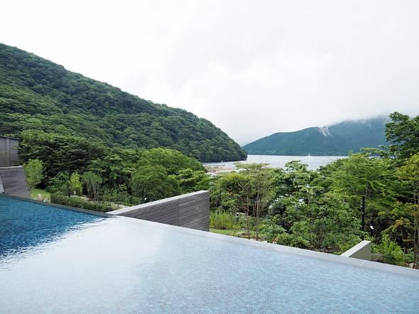 8月にオープンした旅館「箱根・芦ノ湖 はなをり」。ロビー近くにある足湯カウンターから芦ノ湖を望む