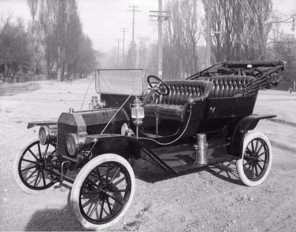 自動車を今日的な意味で再発明したのがフォード。そしてその記念すべきクルマがT型フォードだ。世界の産業や経済に与えたインパクトは途方もなく大きい。写真は1910年型(出典:Wikipedia)