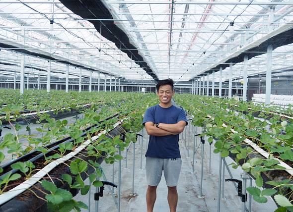 GRAグループ代表の岩佐大輝さんは1977年山元町生まれ。24歳でITベンチャーを起業。東日本大震災後にGRAグループを創設。現在6社のCEOを務め、山元町と東京を往復する日々だ