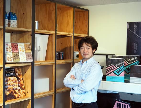 日本ポップコーン 執行役員COOの上田顕さん。東北大学理学部を卒業後、三井住友銀行、アクセンチュア、楽天野球団を経て、日本ポップコーンに入社。プロ野球の分析・コンサルティングやデルタ・ベースボール・リポートの執筆を行うDELTAの戦略アドバイザーにも就任