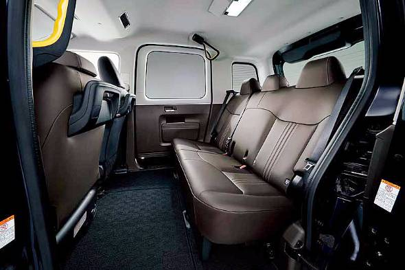 前後も高さもゆとりある空間。リヤシートはトルソがおかしい。ドア周りや天井に装備される手すり類の取り付け剛性は素晴らしい