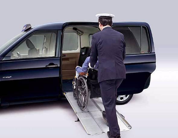 トヨタはハンデキャップを持つ人のモビリティに力を入れると宣言する。このJPN TAXIでも助手席が簡単にたため、車椅子での乗車が可能になっている
