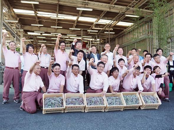 8月31日、今シーズン最初のブドウの仕込みを前に勢いづく「シャトー・メルシャン」の従業員たち