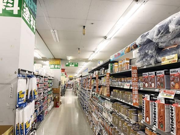 ホームセンターにはところ狭しとさまざまな商品が並ぶ