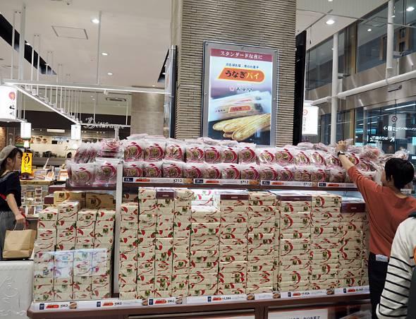 JR浜松駅にあるお土産店。うなぎパイは飛ぶように売れている