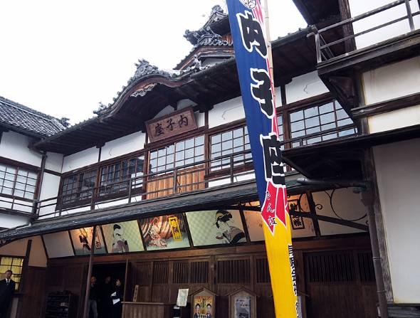 1916年に開業した「内子座」。途中、取り壊しの危機を乗り越え、今なお地元の人たちや観光客に歌舞伎などを上演している
