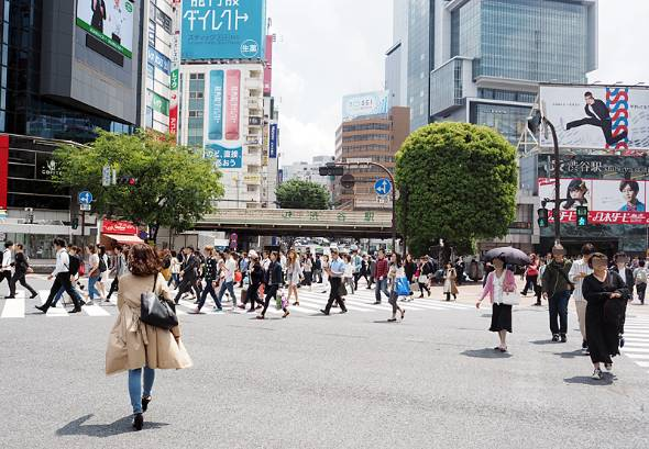 減少する地方人口とは対照的に、東京の人口は増え続けている