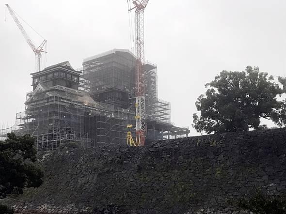 現在の熊本城。天守閣大天守は再建工事の真っ只中