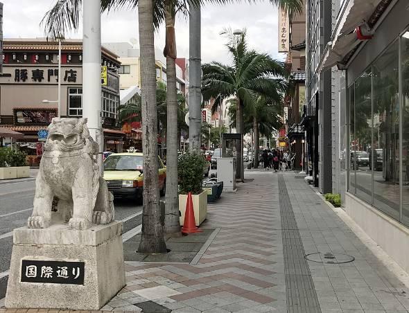 多くの観光客でにぎわう那覇市内の「国際通り」。数年前から外国人の旅行者が急増している