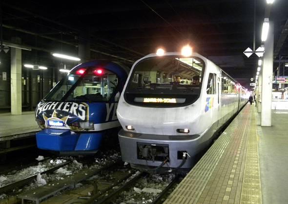 日本ハムファイターズの北海道移転を記念して、ニセコエクスプレス車両に日本ハムファイターズラッピングが施された時期があった(左、17年に廃車)