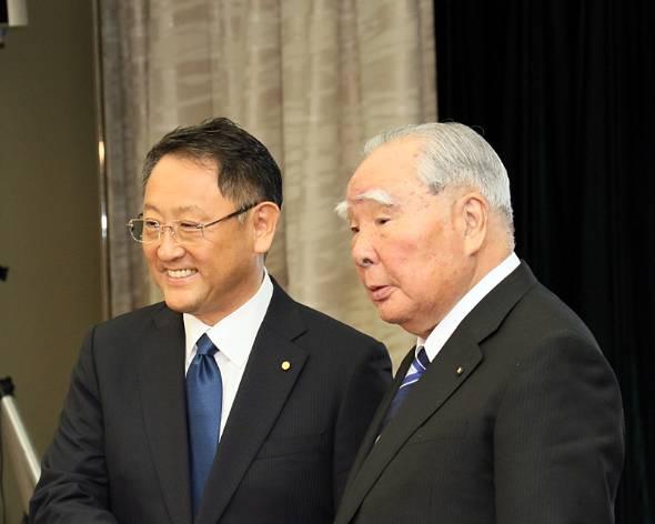16年10月12日。トヨタ自動車の豊田章男社長(左)と、スズキの鈴木修会長。業務提携に関する協議を開始するに際しての記者会見にて