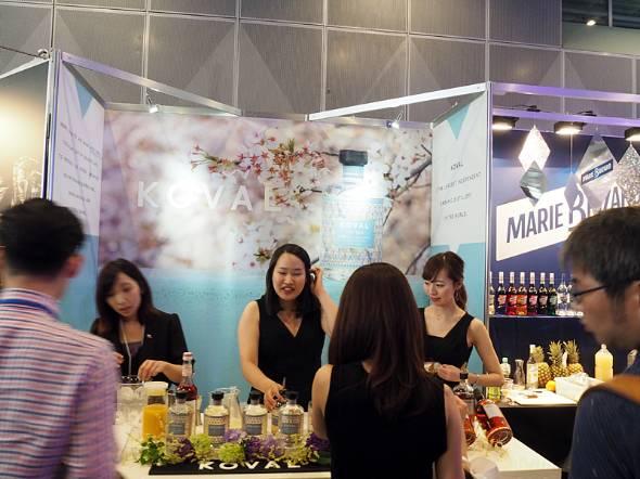 女性向けのパッケージデザインや素材で各社ともジンをアピール。写真は「Tokyo International BarShow」に出展したKOVALのブース