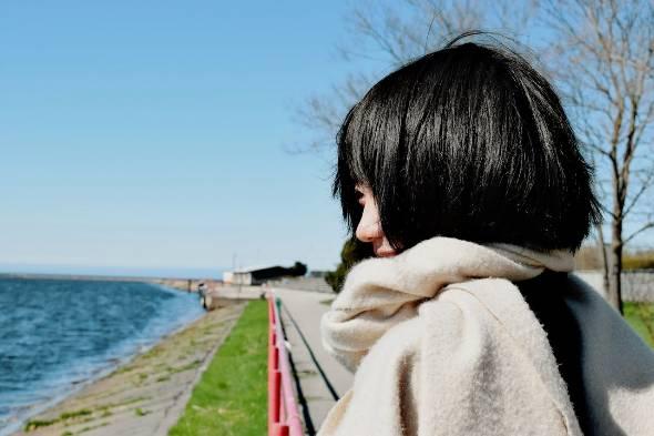筑波大学4年(エストニア・タリン大学に交換留学中) 齋藤侑里子。1996年10月9日静岡県生まれ。活発でチャレンジ精神旺盛な子どもに育つ。しかし、両親の病気や離婚から、自分の生き方や働き方について小学生のころから考え始める。当時、将来の夢は「キャリアウーマン」。その後筑波大学に入学。在学中は応援部チアリーディングや複数の企業でのインターン、アメリカでのリーダーシッププログラムなどを経験。好きなことは「超個別具体的な話を1対1で聞くこと」、最近の関心ごとは「パートナーシップと人生デザイン」。現在はエストニア、タリン大学に交換留学をしながら、ブロックチェーンのスタートアップ「blockhive」でインターンシップ、独自のイベント企画運営、女性系メディアへの寄稿を行う